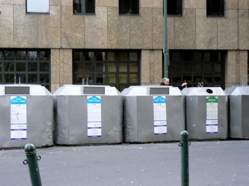 Vấn đề thứ nhì của đô thị : rác. Đây là một chỗ bỏ rác với hệ thổng phân chia các loại rác