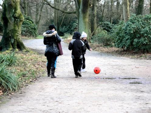 hay chơi với quả bóng trong rôưng cây yên vắng, giửa thành phố...