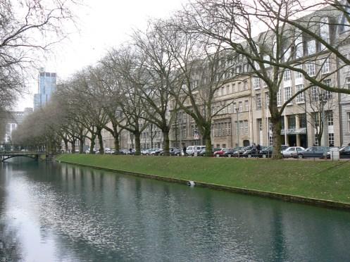 Königsallee này nằm hai bên một kêng đào thơ mộng