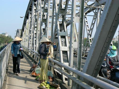 dừng chân nghỉ mệt trên cầu Trường Tiền