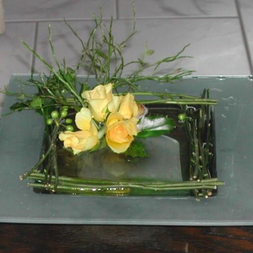 Plus sages, roses jaunes pâles entre quatre murs