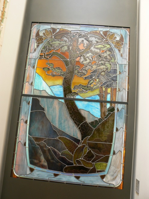 A côté de faïences, un paysage des Vosges, vitrail de Gruber