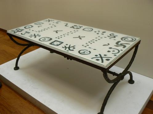 Toujours en faïence, une table basse signée Picasso
