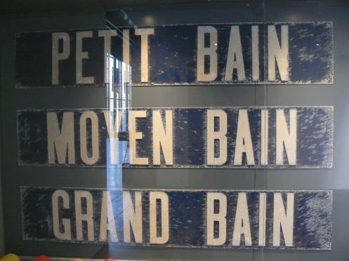 """Le Musée annonce son """"origine"""" dès l'entrée : il s'agit bien d'une ancienne piscine ..."""