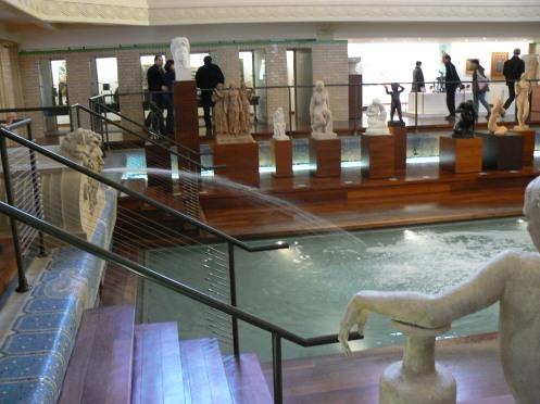 Voici le miracle de la reconversion : une tiers de la piscine est sauvegardé ainsi que sa fontaine