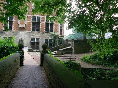 L'entrée secondaire, en façade latérale, est beaucoup plus romantique