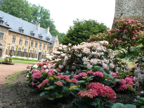 ou pour s'attarder auprès des parterres d'hortensia et de rhododendron