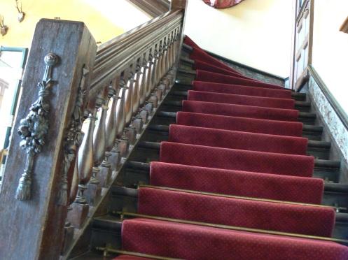juste en face de l'escalier qui mène à l'étage