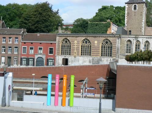 Lại đối diện với nhà ga, ở phía bên kia cầu đi bộ. Xa hơn là nhà thờ St Servais