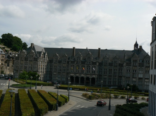 Cách đó không đầy 100 m. là lâu đài của các Giáo chủ ngày xưa, hiện là tòa hành chính tỉnh