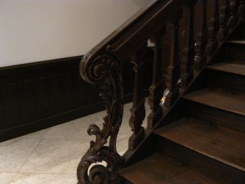 Vào trong nhà, cầu thang này đi lên tầng hai, Nhiều thế kỷ trôi qua, cầu thang được bảo tồn như mới...