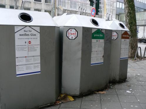Dusseldorf và khu thùng rác bên góc phố