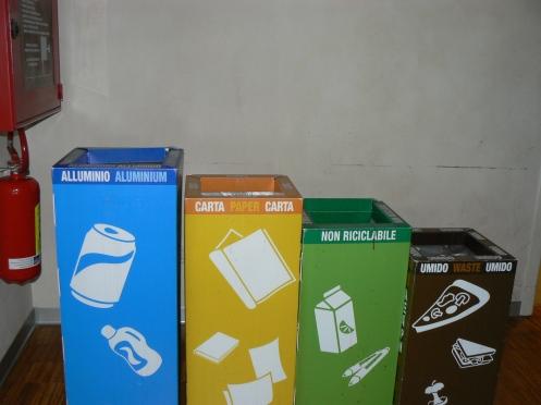 Những hộp này vuông nhưng cũng để đựng các loại rác khác nhau