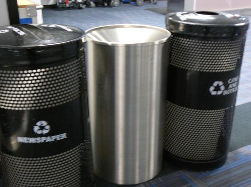 Ở Washington D.C. Dulles Airport, ba thùng rác khác nhau