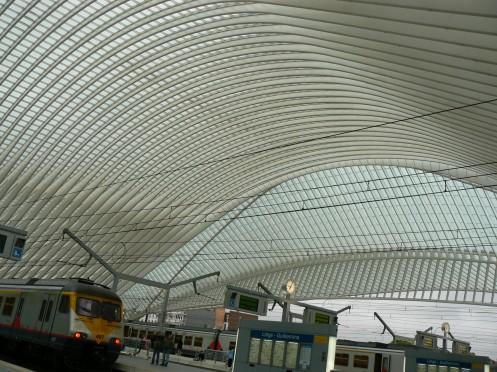 Trên một đường tàu, ở nhà ga, với vòm mái cong