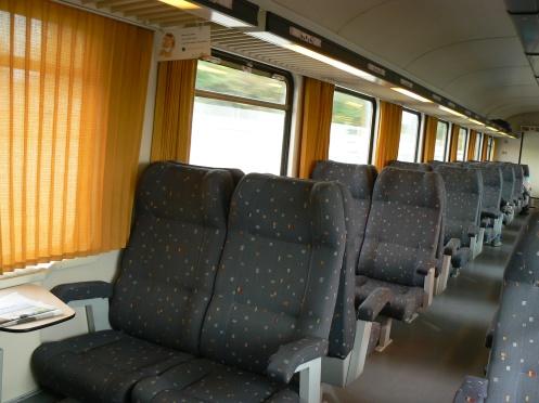 và đây là nội thất của một trong số hàng trăm chuyến xe đến và đi qua ga này mỗi ngày