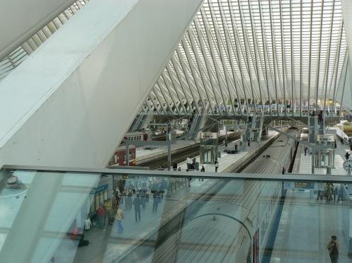 Cũng bến tàu đó, nhình từ trên tầng một, cho thấy rõ hơn mái nhà ga