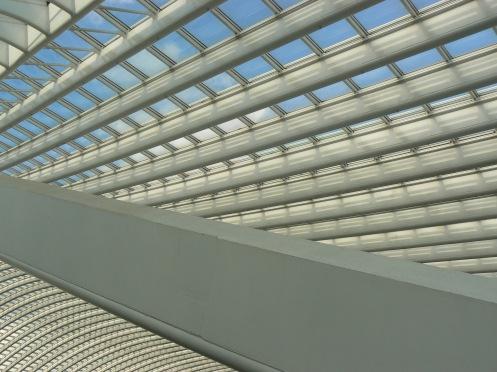 Cận cảnh mái nhà ga bằng kim loại và kính