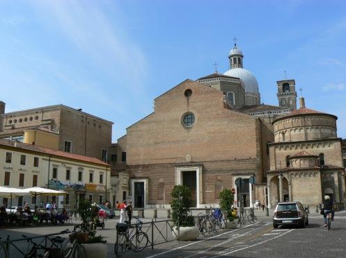 Một quảng trường khác, với Bảo tàng viện của Thánh đường