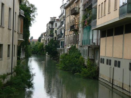 như dòng sông nhỏ hiền hòa với những kiến trúc soi mình dước nước