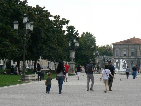 còn dân tình thì thư thả đi dạo trong công viên thành phố
