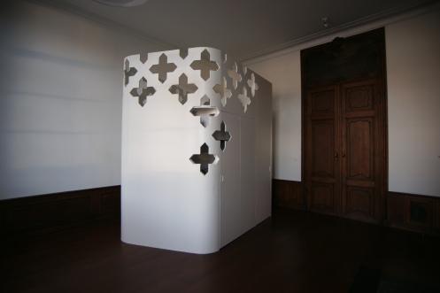 C'est un ilot ultra moderne ajouré de motifs repris des pierres ornant le sol devant la cheminée (photo: Canevas)