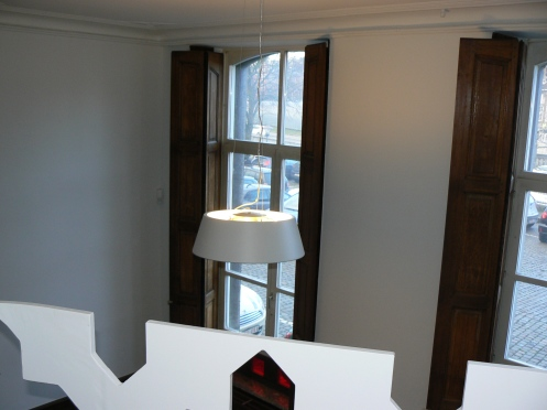 où se trouve la chambre à coucher et d'où on peut jouir de la vue ...aérienne de la pièce et du paysage à travers les fenêtres