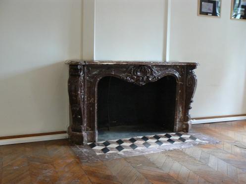 một là sưỡi lớn bằng đá quím thế kỷ XVIII, và sàn nhà bằng gỗ, phải giữ lại ...