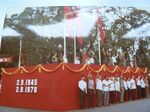 Khán đài diễu hành năm ấy (ảnh của tác giả bài này, chụp lại từ ảnh trên giấy)