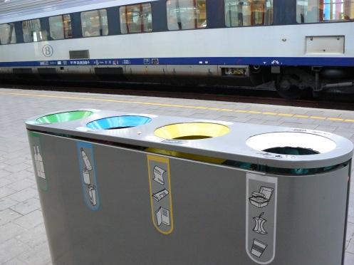 Ở các nơi công cộng cũng có bốn thùng rác khác nhau ...