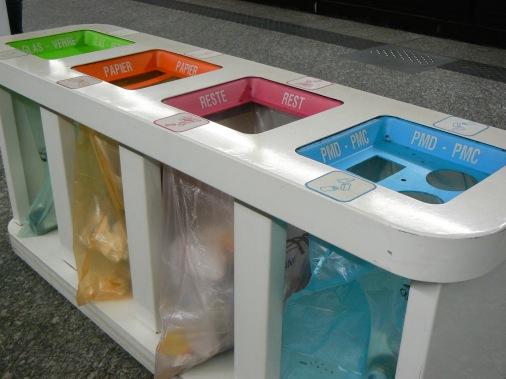 Cũng bốn thùng rác khác nhau