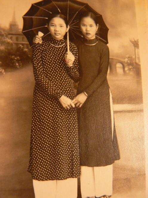 """""""mỗi người một vẻ, mười phân vẹn mười"""", mẹ tôi đứng phía bên trái."""