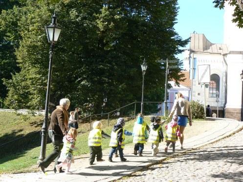 Một lớp mầm non đi dạo với cô giáo ở Tallinn