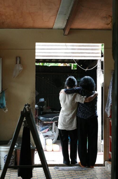 Mẹ và dì, trong ngôi nhà thân thuộc - Ảnh: J.-E. Poirrier