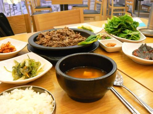 Một bữa ăn gia đình, trong đó mỗi người tự cuốn xà lách với thịt bò ... quen quen làm sao so với cách ăn bên ta