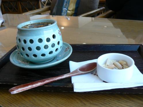 Chén trà, với khay và muỗng bằng gỗ mộc mạc, dễ thương