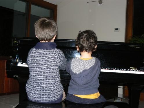 Hai em bé này làm quen với piano, ...