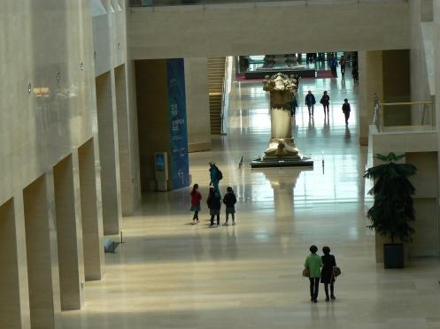 Lối đi chính bên trong Viện Bảo tàng Quốc gia Séoul