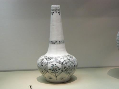 Bảo tàng hiện đang trưng bày ba lọ gốm thời Lê. Lđo này có cổ cao
