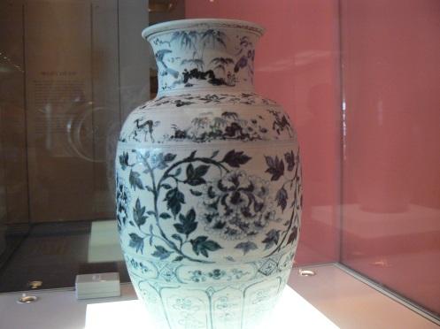 Cũng gốm thời Lê, thế kỷ thứ 15, với hoa vân xanh vô cùng tỉ mỉ