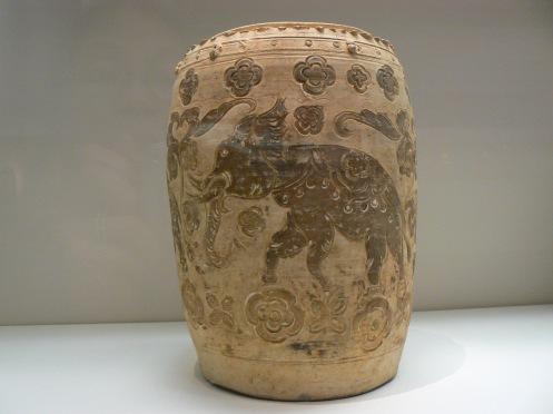 Một bình thời Lý, thế kỷ 11-12, với hình con voi màu nâu