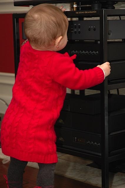 Chưa đầy một tuổi, em bé này đã biết chỗ để nghe nhạc