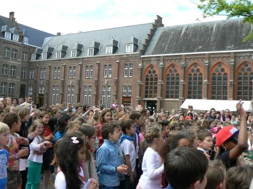 Sân trường đông trong ngày hội