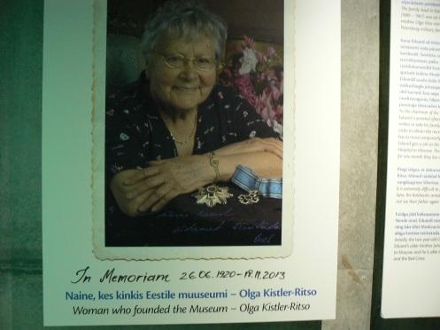 Chân dung bà Oga Kist-itso ở đâ à tờ cáo phó - Bà, một dân Estonia tị nạn ở Mỹ, đã sáng ập và tài tợ cho Bảo tàng nà