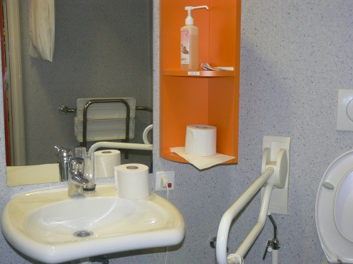 Mỗi phòng có nhà vệ sinh và chỗ tắm vòi sen, ... tiện nghi cho hai người