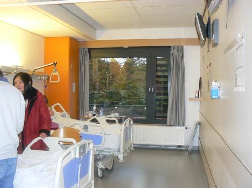 Mỗi phòng có hai giường cho hai người bệnh