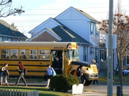 Nhà cửa thưa thớt, ở xa trường. Xe đưa đón học sinh là tối ư cần thiết. School bus màu vàng kẻ đen, như ở Mỹ