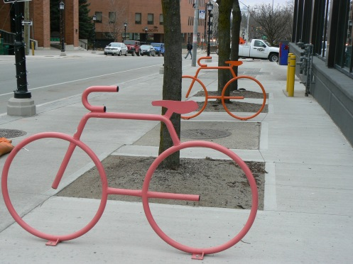 Phố cổ vắng, cái hay là thỉnh thoảng có những điểm sáng như chỗ để dựng và khóa xe đạp