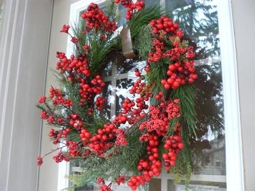Hay cổ điển hơn, một vòng houx trái đỏ thể hiện ước mơ được may mắn cho năm tới