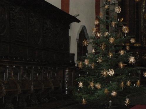 Ngày Giáng sinh, một cây thông trang hoàng một cách đơn giản